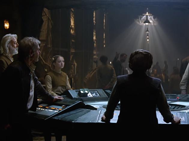 Barna felsőben Billie Lourd a Star Wars 7-ben
